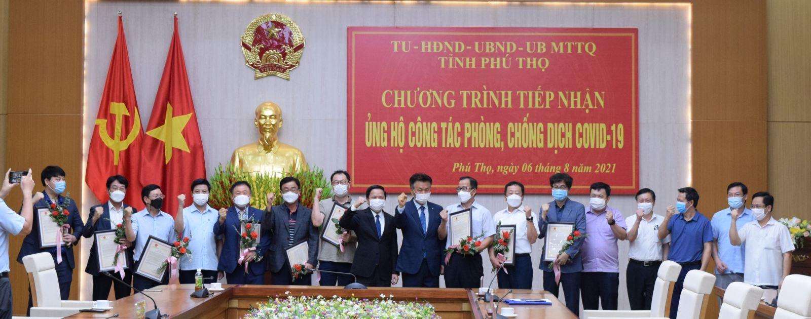 Phó Chủ tịch UBND tỉnh Phan Trọng Tấn tặng hoa và trao thư cảm ơn của Chủ tịch UBND tỉnh cho các doanh nghiệp.
